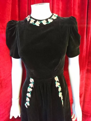 Fabulous 1940's black velvet dress with applique pink flowers and pockets! Adorable, stylish and so wearable.